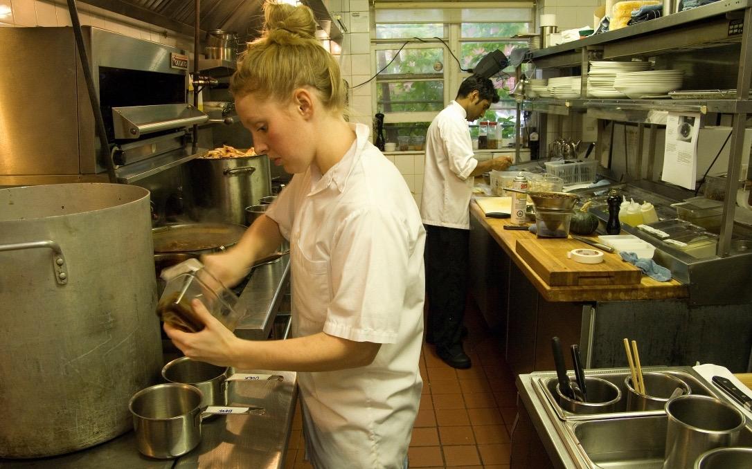 Manipulador en cocina